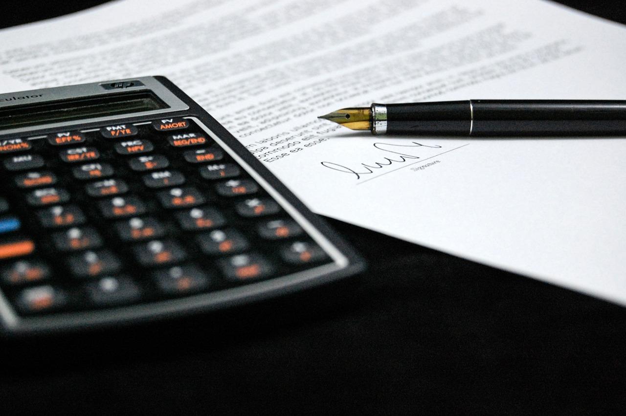 calcolatrice penna foglio firma