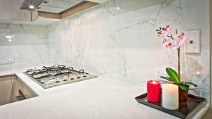 cucina con fornelli e candele in un angolo